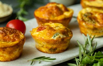 Recept - Raňajkové vajíčkové muffiny s cottage cheese, šunkou a paradajkami